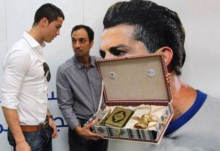 Cristiano Ronaldo Dapat Hadiah Al-quran Dengan Terjemah Bahasa Portugal