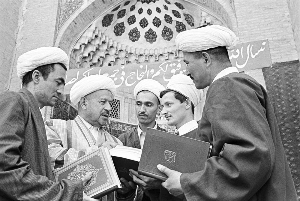 С председателем Духовного управления мусульман Средней Азии и Казахстана Зияуддинханом ибн Эшон Бабаханом