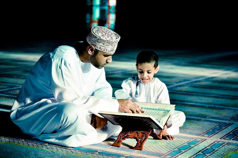 Читает Коран