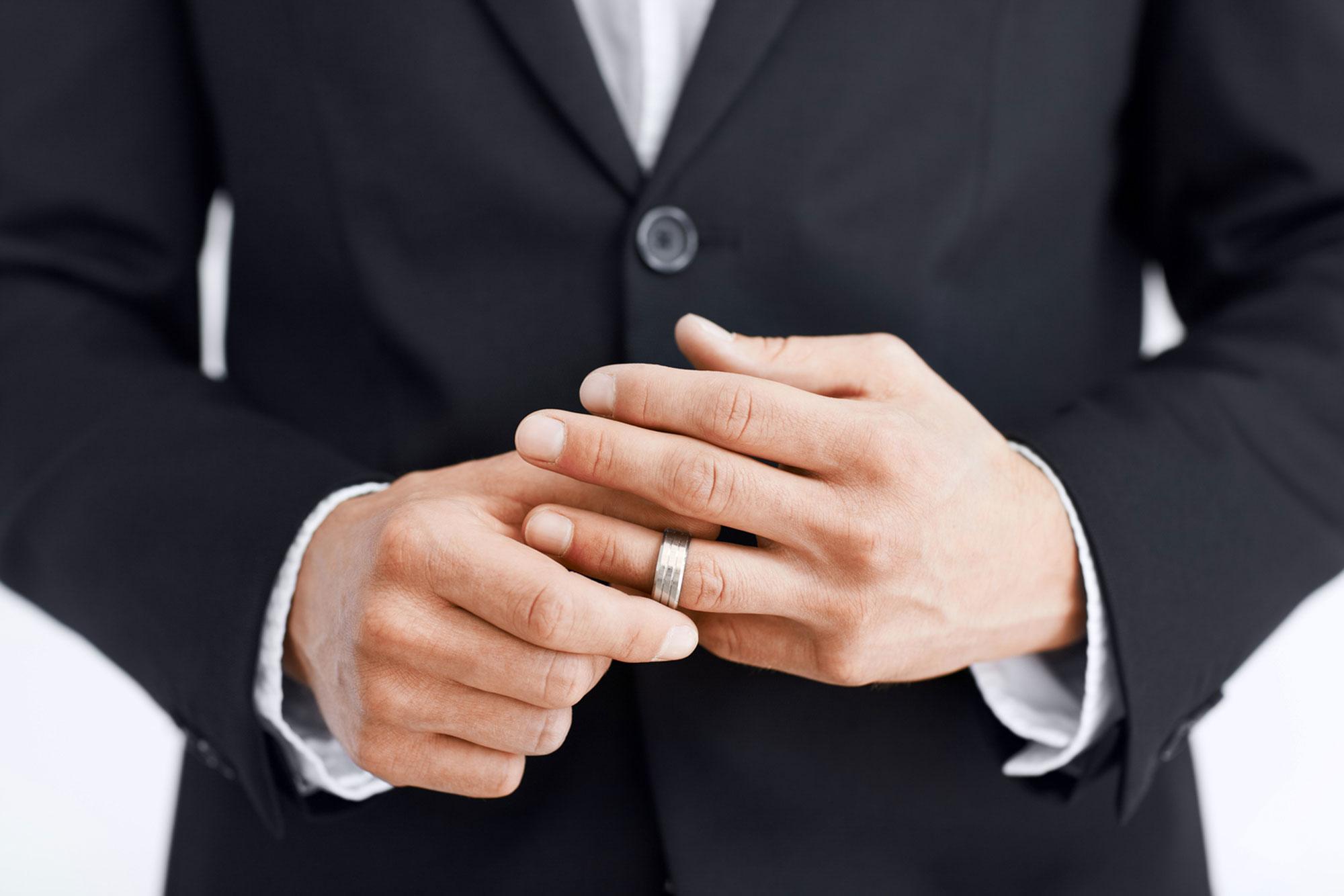 Картинки по запросу мужчина с кольцом